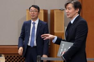 [서울포토] 기자들과 이야기 나누는 조국 靑 민정수석