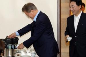 [서울포토] 손수 커피 따라마시는 문재인 대통령