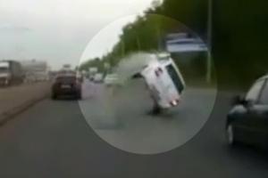 러시아서 맨홀 덮개 폭발로 승용차 전복