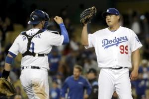 [포토] 'MLB 첫 불펜 등판' 무실점으로 막아낸 류현진…포수와 세리모니