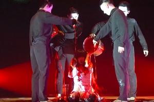 새빨간 페인트 뒤집어쓴 솔비…실험적인 음악방송 무대에 엇갈린 반응