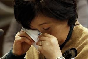 영부인 김정숙 여사, 군 의문사 유가족 치유 연극 보고 '눈물'