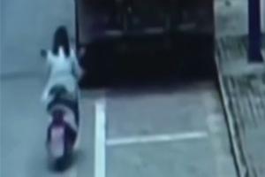 스마트폰 보며 오토바이 타던 여성, 트럭에 '쿵'