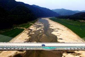 [서울포토] 흙길이 된 물길… 가뭄에 시달리는 소양강