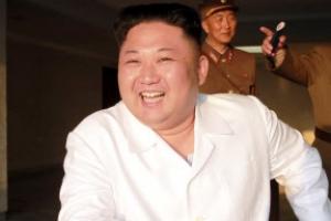 北김정은, 가슴에 부착한 것은?...금연패치? 옷속단?