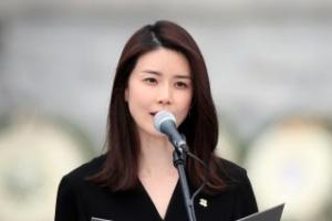 """이보영, 현충일 추념식서 추모시 낭독…""""넋은 별이 되고"""""""