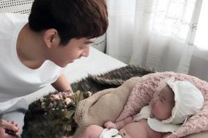 """이용대 변수미 딸 예빈이 공개 """"아빠만 보고 웃는다"""""""