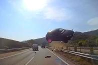 반대편 차선에서 날아든 승용차…일본서 대형 자동차 …