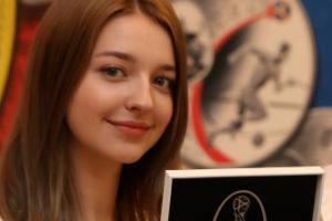 러시아 월드컵 기념주화 출시 '모델 미모 시선강탈'