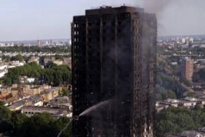 """런던 아파트 화재 사망자 17명으로 늘어…경찰 """"더 늘어날 듯"""""""