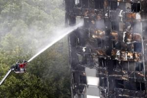 """런던화재 사망자 17명으로 늘어…언론 """"100명으로 늘 우려도""""(종합)"""