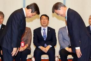 '데칼코마니 인사' 문재인 대통령·도종환 문화체육부 장관