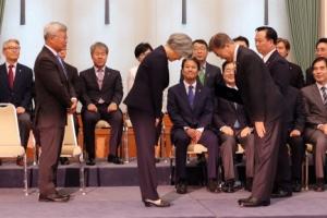 [서울포토] 인사 나누는 문재인 대통령과 강경화 외교부 장관