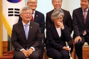 [서울포토] 미소 짓고 있는 강경화 외교부장관 부부