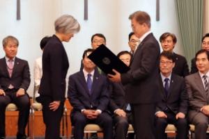 첫 여성 외교장관 강경화, 한미정상회담 준비가 첫 시험대