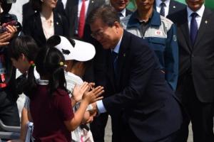 [서울포토] 어린이들과 인사하는 문재인 대통령