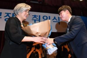 [서울포토] 취임 축하 꽃다발 받는 강경화 외교부 장관