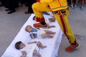[포토] 매트리스에 누운 아기들 '밟힐 듯 말 듯'