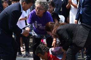 [서울포토] 오열하는 '밀양 송전탑 반대' 주민에게 다가가는 문재인 대통령