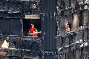 """영국 런던 고층아파트 화재…英경찰 """"사망·실종자 79명"""""""