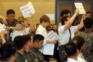 대학생들 장준규 육참총장에 '성소수자 차별 반대' 기습시위