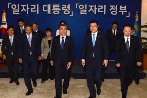 [서울포토] 문재인 대통령, 일자리위원회 위원들과 한자리에
