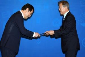 [서울포토] 문재인 대통령, 일자리위원 위촉장 수여