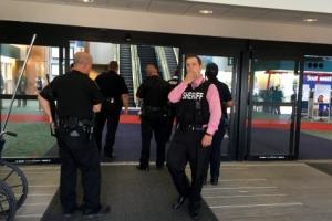 """美미시간 공항서 """"신은 위대하다"""" 외친 남성 경찰 피습…""""테러 가능성"""""""