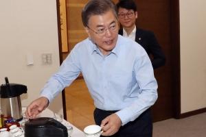 [서울포토] 문재인 대통령 '커피는 셀프'