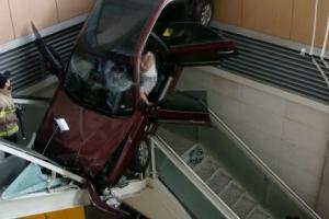 일산백병원서 차량이 건물 돌진…지하로 추락