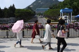 [서울포토] 청와대 앞길 24시간 개방 기다리는 시민들