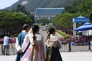 [서울포토] 청와대 앞길 24시간 전면 개방…한복 입고 산책 나온 관광객들