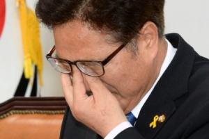 눈물 훔친 우원식 민주 원내대표