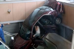 일산백병원 돌진 차량, '오른발 깁스' 여성 운전자가 몰아