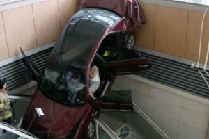 병원 건물로 돌진해 추락한 차