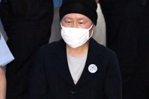 [서울포토] 김경숙 전 이대 학장, 두 손 모으고 법정으로…