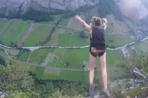 수직 절벽서 낙하산만 맨 채 누드 점프한 여성
