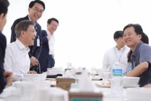 [서울포토] 국방과학연구소 직원들과 밥을 먹는 문재인 대통령