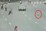 도로 한복판 뛰어든 아기 구한 중국 경찰관