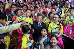 [서울포토] 공연단원들과 사진 찍는 문재인 대통령