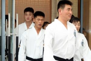 [포토] 숙소 나오는 북한 태권도시범단