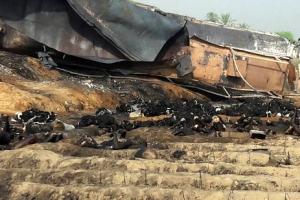 파키스탄 유조차 폭발…담배꽁초 화재 원인일 가능성