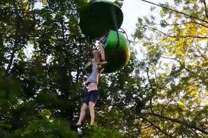 (영상) 美 놀이공원서 10대 소녀 8m 추락…40대 남성이 받아내