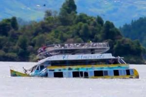 (영상) 좌우로 뒤뚱뒤뚱하다 순식간에 물속으로…유람선 침몰 순간