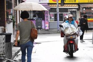 [서울포토] '비 오는 날에도'…집배원은 달린다