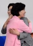 포옹하는 이혜훈 대표와 …
