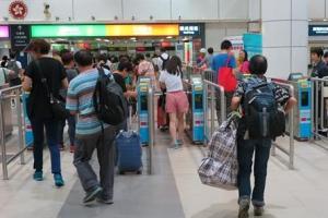 기저귀 보따리상·원정출산 '큰손'… 홍콩 반환 20년 중국과 풍경 역전
