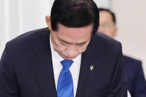 [서울포토] 인사하는 송영무 국방부 장관 후보자