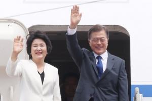 [서울포토] 출국하는 문재인 대통령과 김정숙 여사