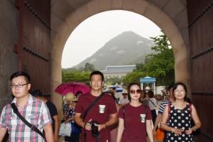 [서울포토] 24시간 개방한 청와대 앞길에서 산책하는 관광객들